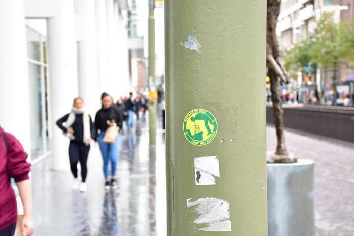Met name bij het stadhuis zijn veel stickers terug te vinden