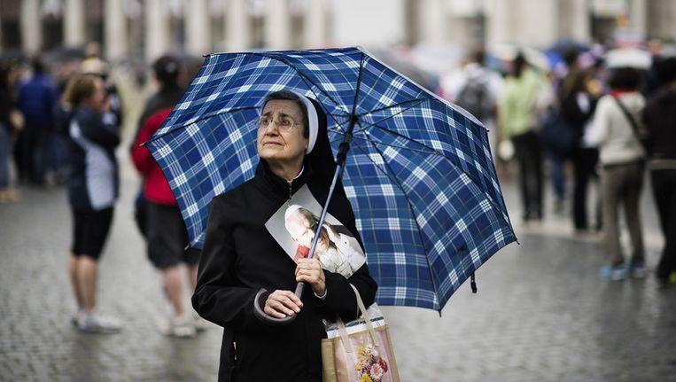 Een non op het Sint Pieterplein tijdens de zaligverklaring van de vorige paus, John Paul II Beeld AFP