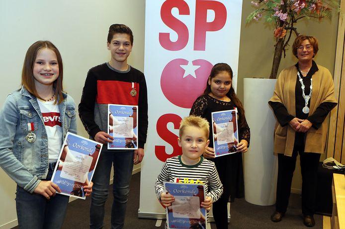 Kinderlintjes Oss, 2020. Van links naar rechts: Minke Oor, Dylan den Brok, Melle Strik, Ceyda Aykoet en Wobine Buijs.