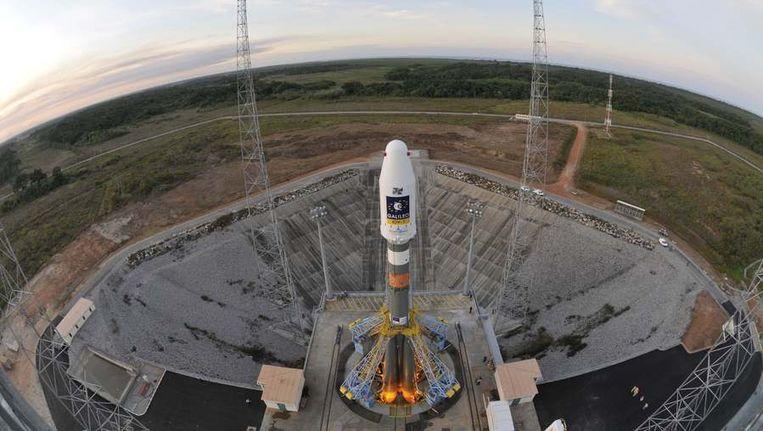 Een satelliet staat klaar om gelanceerd te worden, gisteren op de Europese ruimtebasis in Frans-Guyana. Beeld reuters
