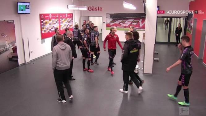 Videodinges? Ref moet spelers tijdens rust van cruciaal Bundesliga-duel uit de kleedkamer vissen omdat videoref tóch penalty geeft