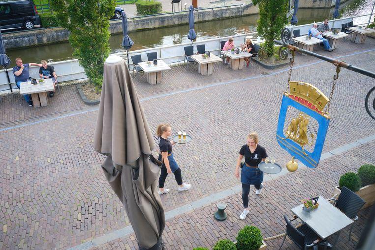 Ook aan de waterkant staan bij Stadsherberg Het Wapen van IJlst nu tafels om voldoende ruimte te waarborgen. Beeld Sjaak Verboom