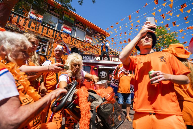 Bewoners van de Mooiste Oranjestraat van Nederland, in Den Haag, worden verrast met de Holland On Fire brandweerauto voorafgaand aan de EK voetbalwedstrijd Nederland-Oekraïne.  Beeld ANP