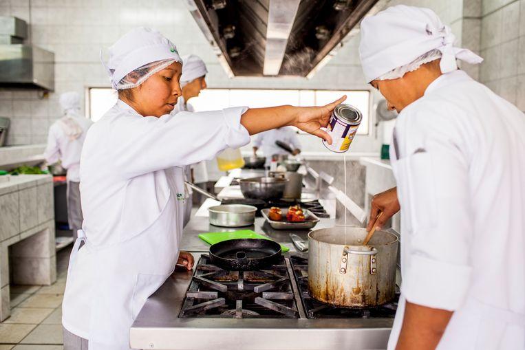 Elsa Casimero met andere leerlingen in de keuken van de kookschool. Dankzij de opleiding hebben kinderen uit de sloppenwijken kans op een carrière als chefkok.  Beeld Yvonne Brandwijk I Future Cities