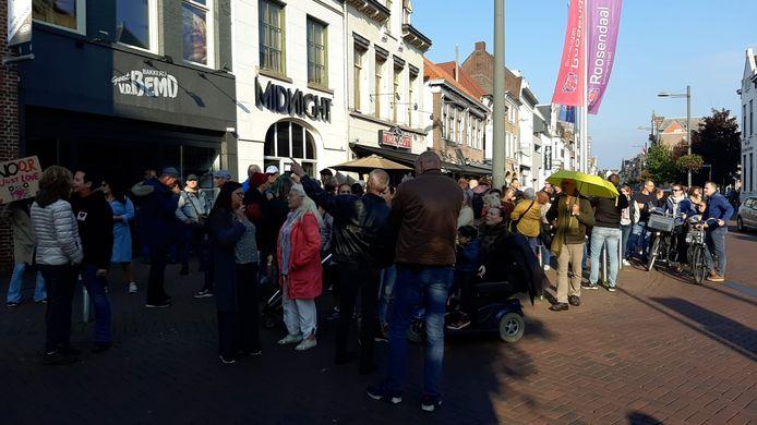Tegenstanders van de CoronaCheck-app verzamelen zich zondagmiddag op het EKP-parkeerterrein aan het Kadeplein in Roosendaal. Daarbij trekken zo'n honderd man door de stad, onder andere door het centrum. Foto is genomen halverwege de route.