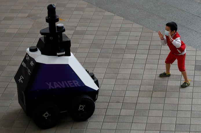 Een kind houdt Xavier de robot voor de gek.