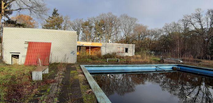Het water in het zwembad bij camping De Heide is inktzwart.