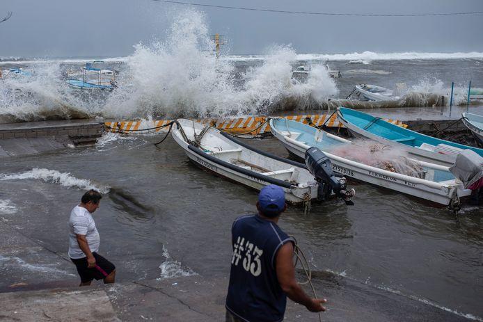 Vissers in Veracruz verwijderen hun boten uit het stormachtige water.