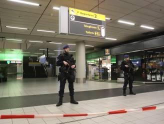 Zes Spanjaarden op Schiphol opgepakt na overlast op vliegtuig