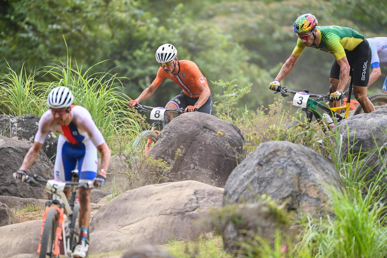 Milan Vader en de Braziliaan Henrique Avancini (rechts, met nummer 3) tijdens de finale van het mountainbiken.