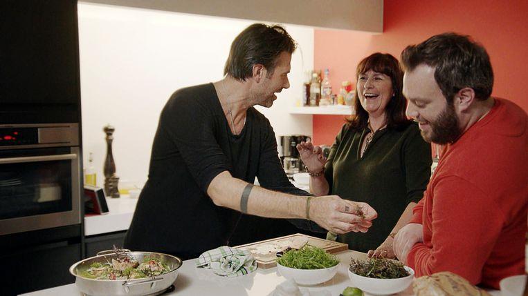 Sergio Herman in de keuken met comedian Jens Dedoncker en zijn moeder Chris. Beeld VTM