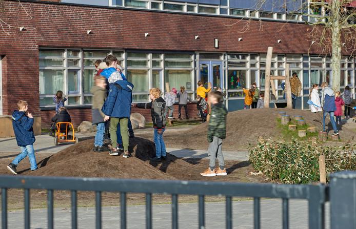Het gras op de speelplaats bij het kindcentrum te Boekel is verdwenen