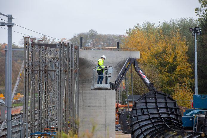 Er wordt ook gebouwd aan drie nieuwe bruggen.