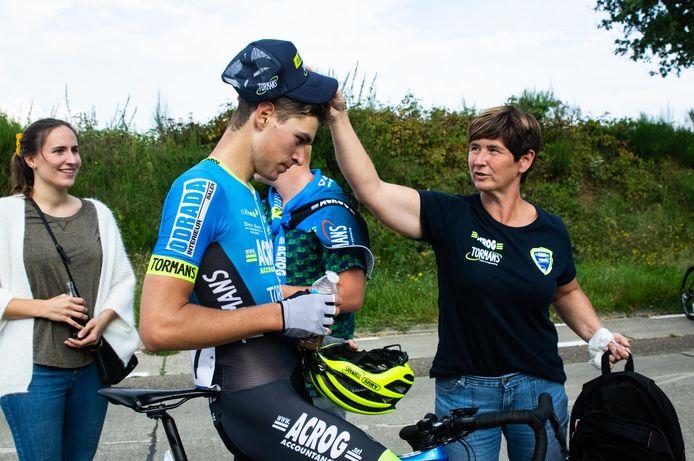 Niel Meulemans mag even bekomen nadat hij de laatste rit in Holsbeek won.