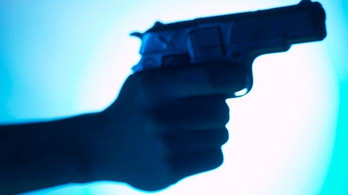 Foto ter illustratie. Niels L. dwingt een vrouw van een werknemer tot tekenen bij de notaris door een pistool tegen het hoofd van haar 15-jarige dochter te zetten.