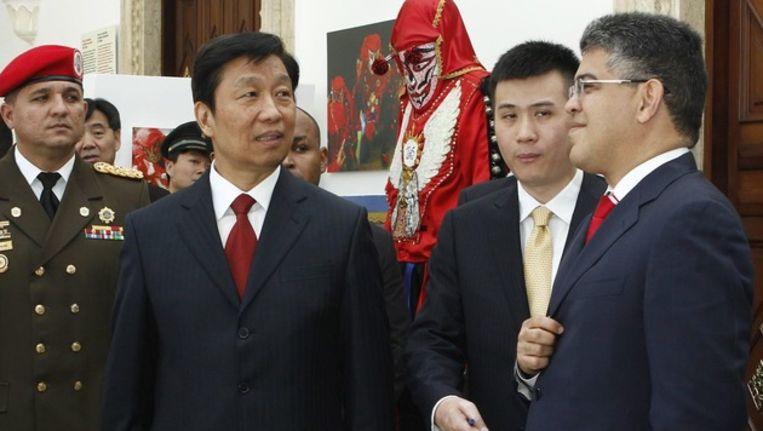 De Venezolaanse minister van Buitenlandse Zaken Elias Jaua (rechts) vorige week tijdens een ontmoeting met de Chinese vicepresident Li Yuanchao. Beeld epa