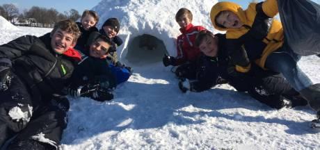 Kinderen Meander in Ootmarsum en 'n Boaken uit Agelo leven zich uit: Sneeuwhutten bouwen in plaats van school