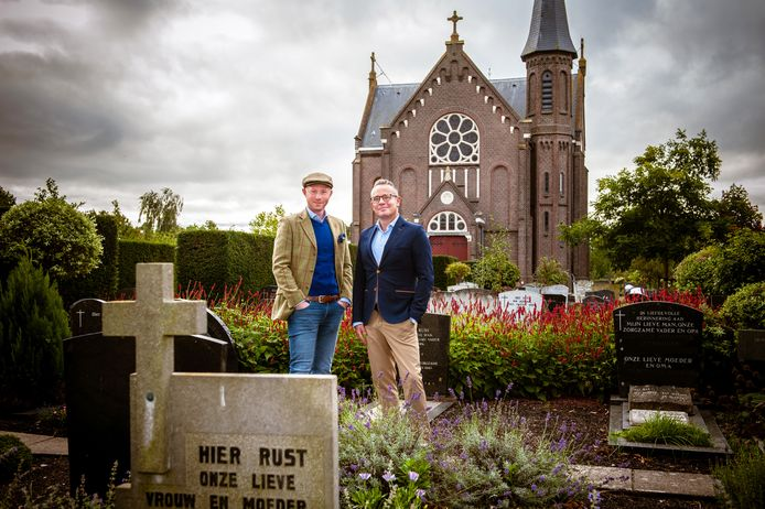 Bennie Slagter (links) met zijn partner Dennis Keur op de begraafplaats.