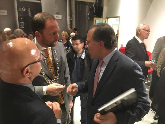 Burgemeester Milo Schoenmaker in gesprek met Abdelouahab Bellouki.