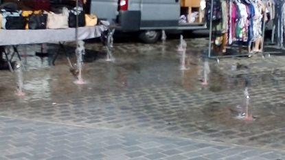 Spuitende fonteinen zorgen ongewild voor wat verkoeling tijdens de wekelijkse maandagmarkt in Diksmuide