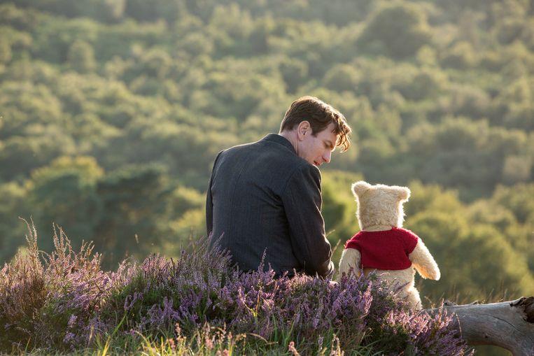 Ewan McGregor als Christopher Robin, naast Winnie de Poeh, in Disney's live-action film 'Christopher Robin'. Beeld RV/Disney