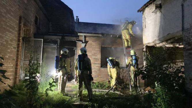 Brandweer evacueert koeien voor uitslaande brand