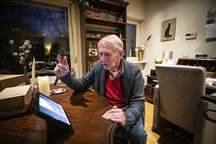Wim Schuurmans is blij dat hij eindelijk kan videobellen met zijn zoon en kleinkinderen.