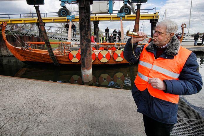 Coos van den Hoek bij de tewaterlating van het Vikingschip in april.