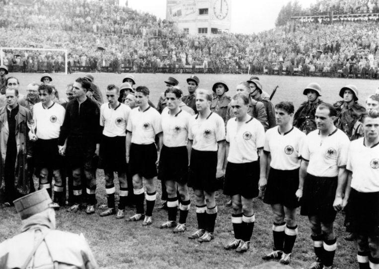 1954: Het Duitse team laat zich huldigen na de winst op Hongarije bij de finale van het WK, dat toen werd gehouden in Zwitserland. Beeld ullstein bild via Getty Images