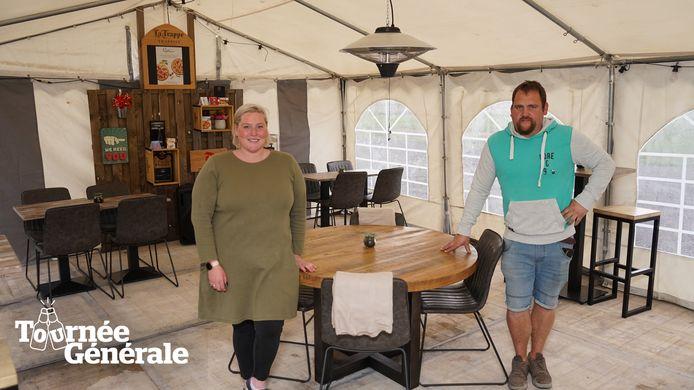 Ine en Benji verhuisden het meubilair naar een tent op de parking;