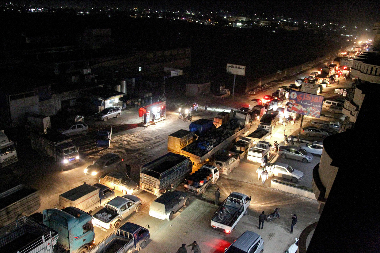 De grote stroom vluchtelingen leidt tot enorme opstoppingen op de wegen naar de Turkse grens, zoals hier op de weg tussen Sarmada en Dana.