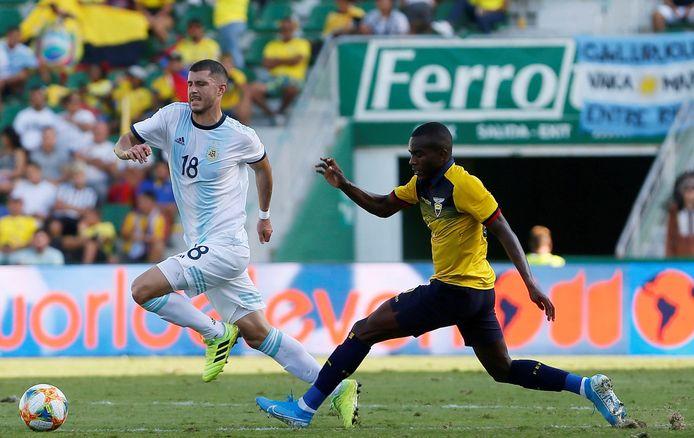 Argentina's midfielder Guido Rodriguez (L) and Ecuador's midfielder Jhonny Quinonez (