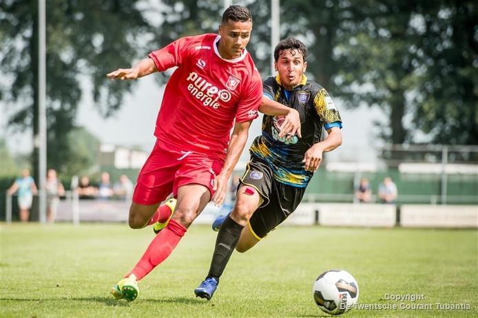 Alessio Da Cruz in actie tijdens de oefenwedstrijd tegen Al-Taawon.