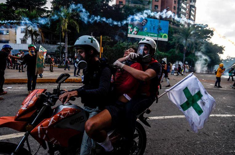 Vrijwillige hulpverleners tijdens een demonstratie tegen President Nicolas Maduro. Beeld afp