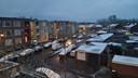 De daken en straten in Twente kleuren wit.
