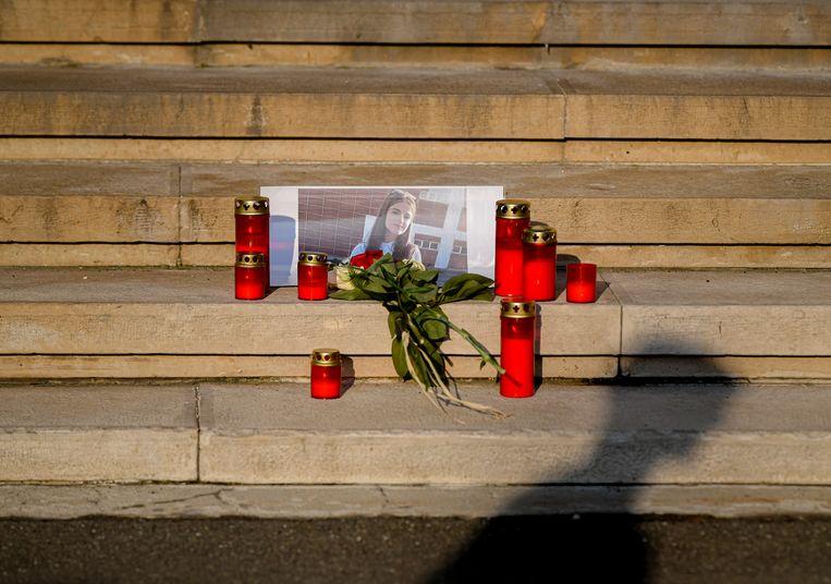 Kaarsjes en bloemen voor het slachtoffer in de Roemeense hoofdstad Boekarest.