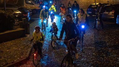 VIDEO. Fietsers veroveren 's avonds de weg tijdens Critical Mass Night Ride