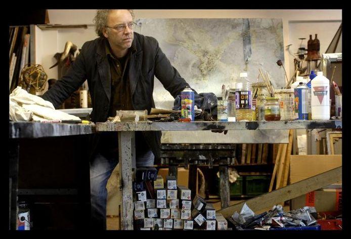 'Kunstenaar-componist' Bert van Santen in zijn atelier. foto Raphaël Drent