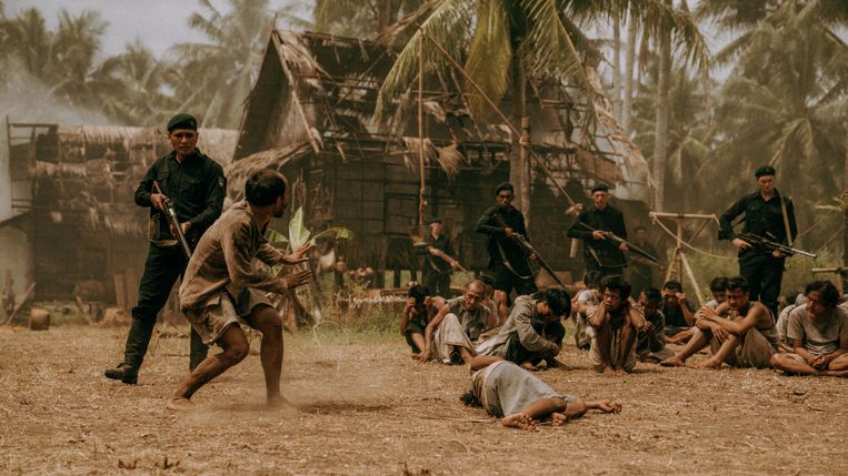 Nederlandse troepen in actie in een Indonesisch dorp, in de film De Oost op jacht naar revolutionairen. Beeld Amazon Prime Video