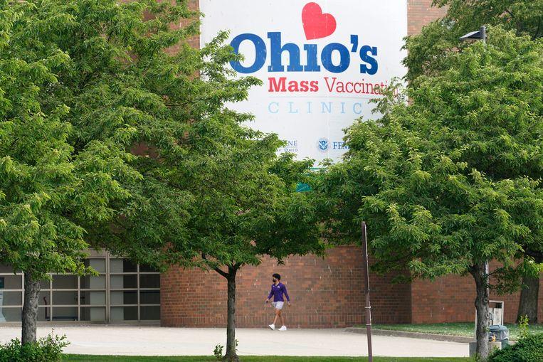 Een man loopt naar een vaccinatielocatie in de staat Ohio in Amerika. Wie zich in deze staat laat vaccineren, maakt kans op een miljoen dollar.   Beeld AP