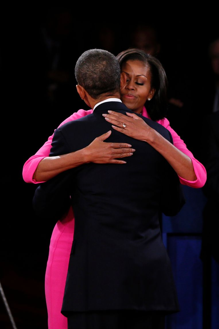 HEMPSTEAD, NY - OCTOBER 16:  U.S. President Barack Obama hugs his wife Michelle Obama after a town hall style presidential debate at Hofstra University October 16, 2012 in Hempstead, New York. During the second of three presidential debates, the candidates fielded questions from audience members on a wide variety of issues. (Photo by Shannon Stapleton-Pool/Getty Images) Beeld Getty Images