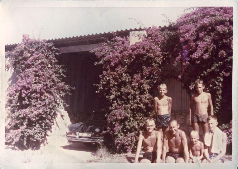 Met vijf van zijn zes zoons in Marokko Beeld