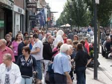 Koopzondag in Veenendaal: een lege winkelstraat met drie open deuren
