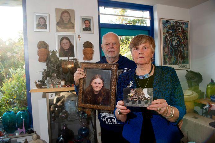 Henk Jan met het portret van hun overleden zoon Jurjen en Gerdie met een foto van het beeld dat is gestolen.