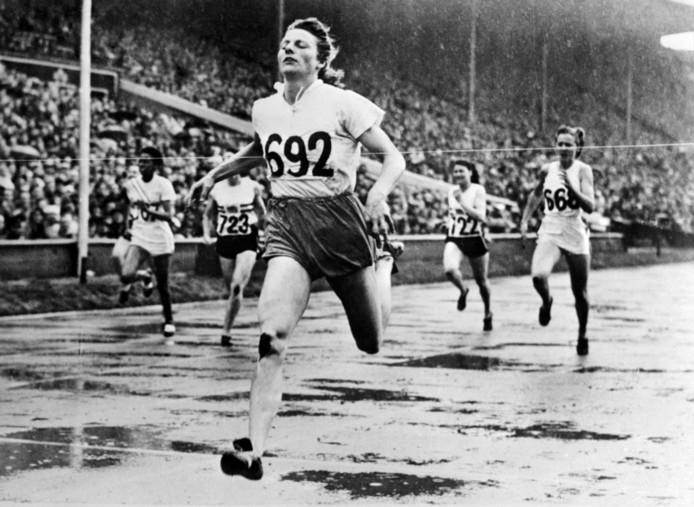 Fanny Blankers-Koen wint de 200 meter tijdens de Olympische Spelen van 1948 in Londen.