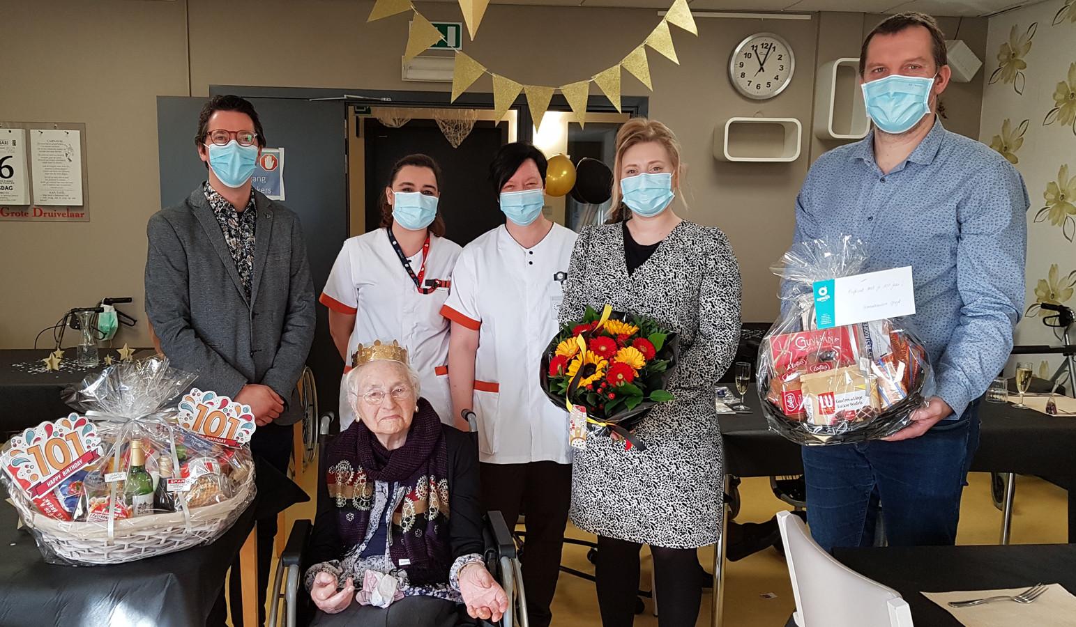 Maria Wauwereyns mocht enkele dagen geleden liefst 101 kaarsjes uitblazen in woonzorgcentrum De Oase.