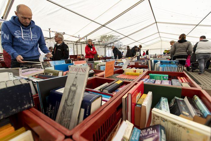 Duizenden boeken gesorteerd op genre in Holten