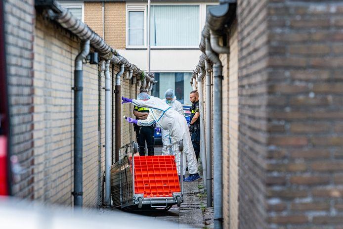De technische recherche doet onderzoek in de brandgang achter de woning aan de Griegstraat in Tilburg waar de man werd aangetroffen.