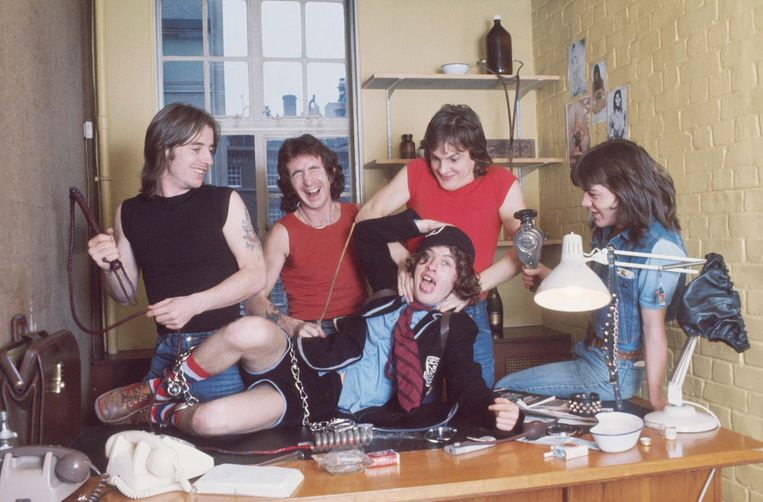 AC/DC in 1976. Malcolm Young uiterst rechts. Beeld null