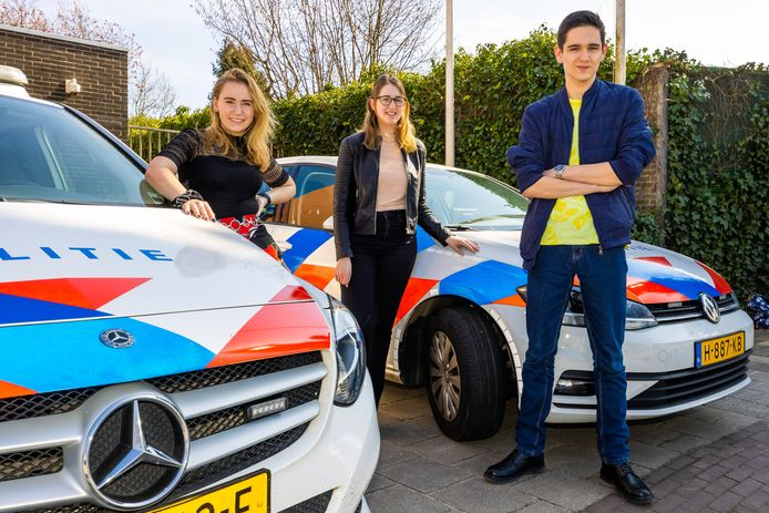 Shauny (links), Tessa en Rick voor het politiebureau in Zaltbommel.